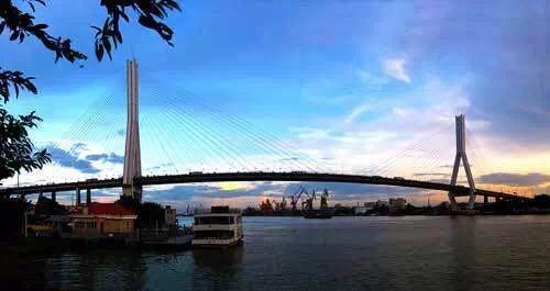 承式钢管混凝土拱桥桥型,其主跨以360米一跨