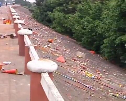 江门滨江大道绿道沿途上百米铺满垃圾 主要是烟花炮竹