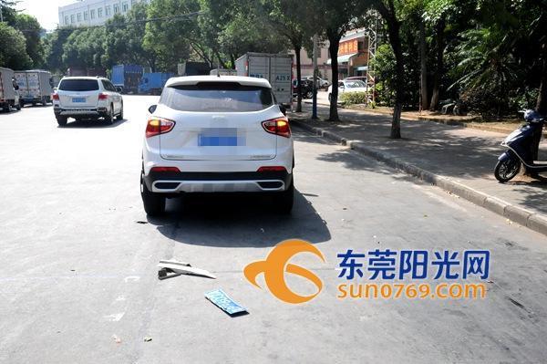 东莞一辆车出事故后逃逸 却把车牌落现场