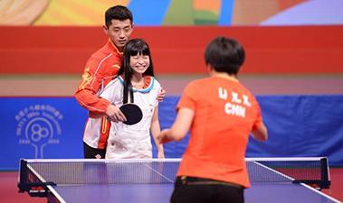 奥运冠军在香港撩弟撩妹 手把手教打球