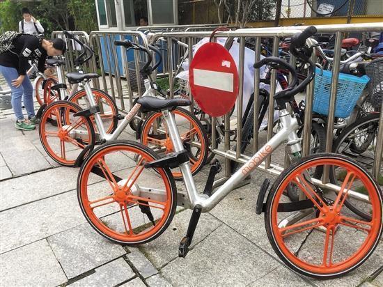 近日,摩拜单车流行,但也有不少违停现象 羊城晚报记者 汤铭明摄图片
