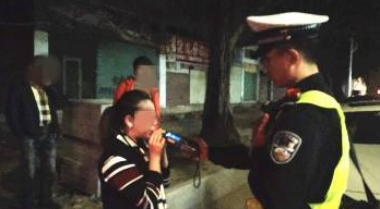 广东女网红开豪车被查 一边摸车一边撒娇