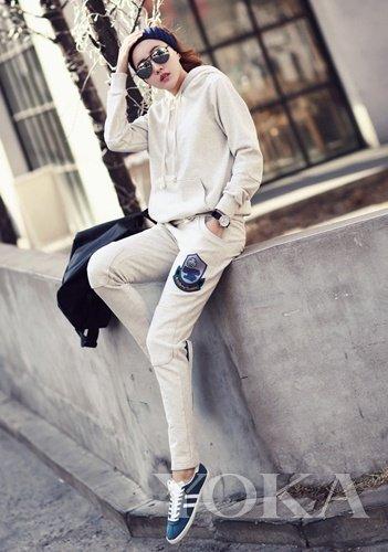 米白色套装搭配复古墨镜让人眼前一亮-运动塑形置装课 变潮爆白瘦美