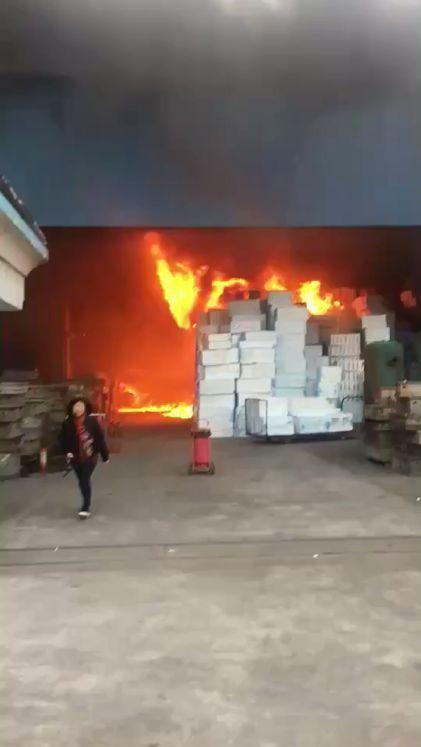 中山东升一厂房浓烟滚滚,多台消防车出动