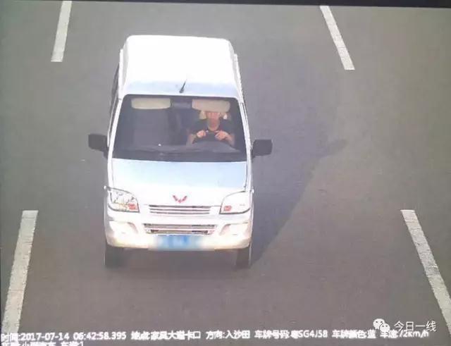 东莞警察桥上狂飙 堪称大片