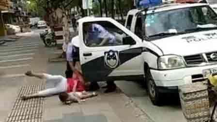 警察绊摔抱娃女子被记大过