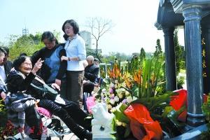 广州夫妻相伴八十多年 101岁老太看丈夫下葬