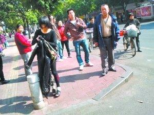 """广州妇女晕倒 """"保时捷少女""""停下车救人"""