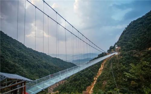 广东超刺激全透明玻璃桥 你要趴着过,还是走着过?!