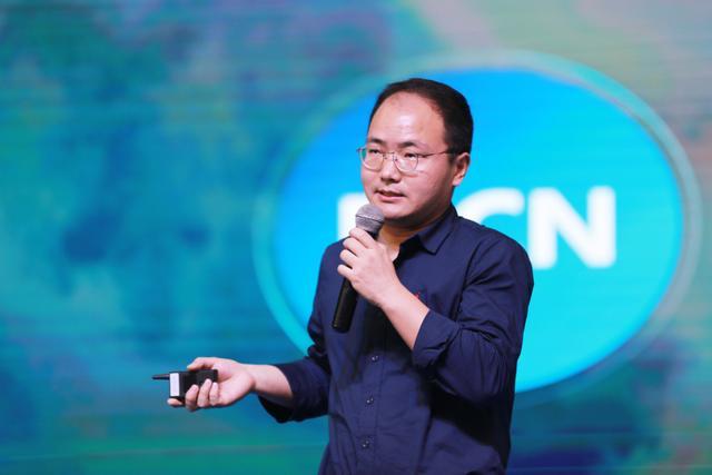 图为腾讯视频短视频运营中心主编王波讲解新鲜出炉的《腾讯视频短视频运营策略》