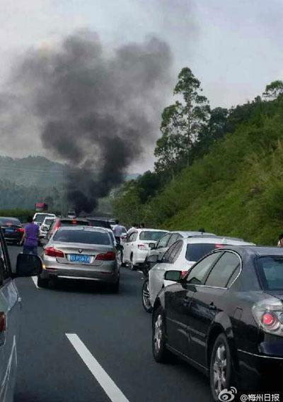 突发:梅州发生交通事故致10人死 含4儿童