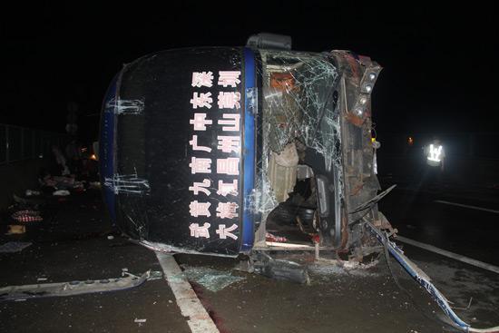 京港澳高速车祸 3乘客飞出大巴坠下高架桥身亡