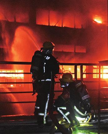 """云浮一工业园厂房起火 现场传来""""砰砰""""爆裂声"""