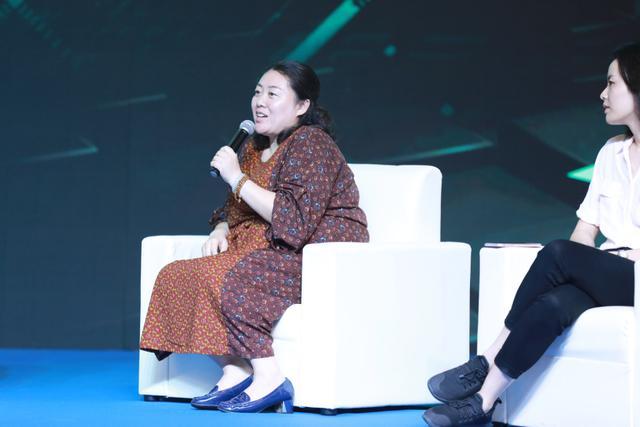 图为企鹅影视天机工作室总制片人刘荣在进行圆桌对话