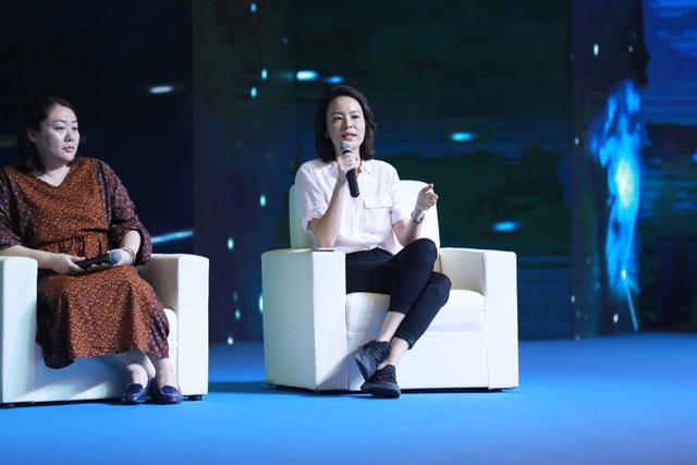 图为梨视频运营部副总监冯露丹(右)在进行圆桌对话