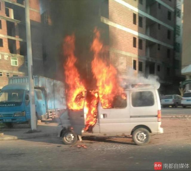 惠州面包车行驶中冒出熊熊大火 路人称幸好没爆炸