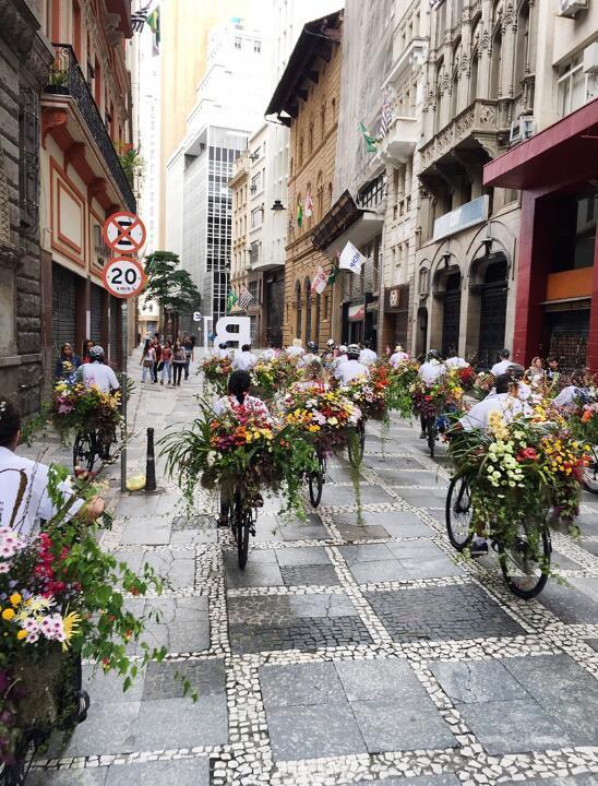 圣保罗大街上的鲜花自行车队
