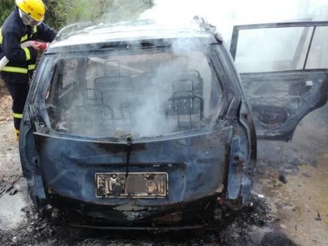 珠海一小车突然自燃 将旁边车也烧成空壳