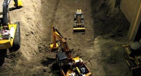 很强大 牛人操控玩具车挖掘地下室