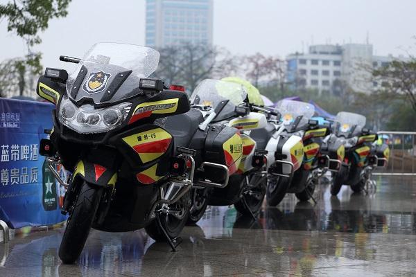 """1.5万名海内外选手 """"肇马""""雨中畅跑"""