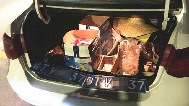 珠海一女司机看见交警后猛轰油门 被扣12分