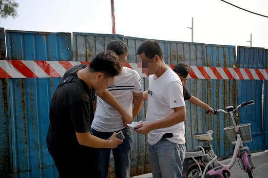 广州一男子收好处费30元插队取票 被拘5日
