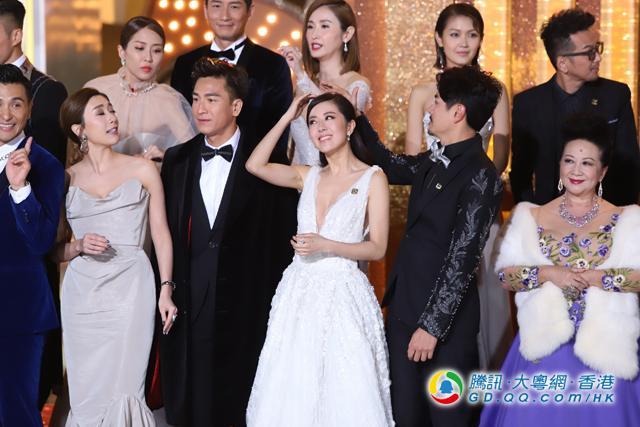 唐诗咏和契哥马国明在颁奖礼前站在一起,互相鼓励.