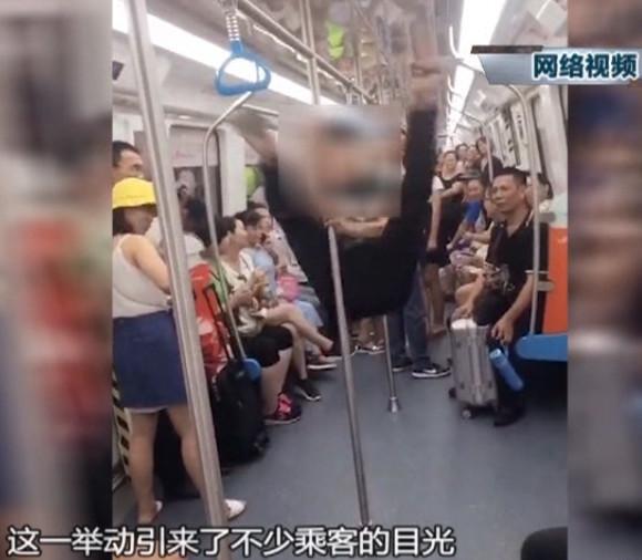 """东莞一男子地铁跳""""钢管舞""""引热议"""