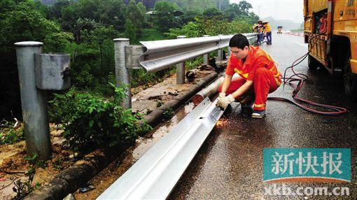 ■广河高速方面的工作人员正在修复被撞毁的护栏.-潮汕开往广州大巴