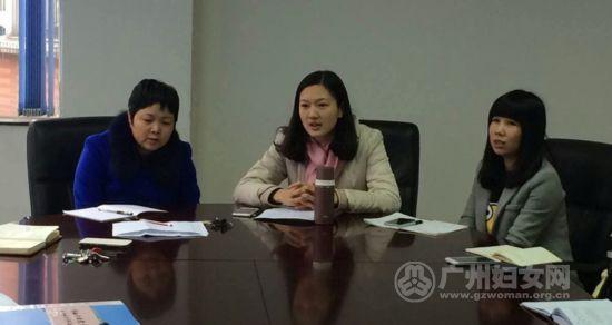 市妇干校党支部宣传委员李欢(中)深谈个人自身存在的不足