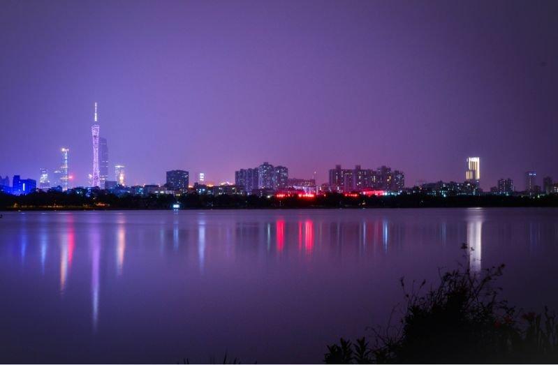 多彩夜空下的海珠湖
