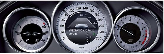 如果驾驶员启用了车辆盲点一侧的指示灯,并打算向该侧变换车道,则系统会通过相应外部后视镜中的闪烁符号向其发送视觉警告,并通过仪表盘发送听觉警告。 主动式车道保持辅助系统(标准配备于E 400 L 豪华型)