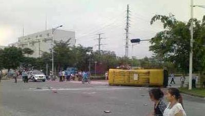 深圳泥头车校车相撞 校车侧翻16名师生受伤