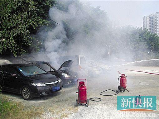 海珠一小车自燃 引燃相邻面包车