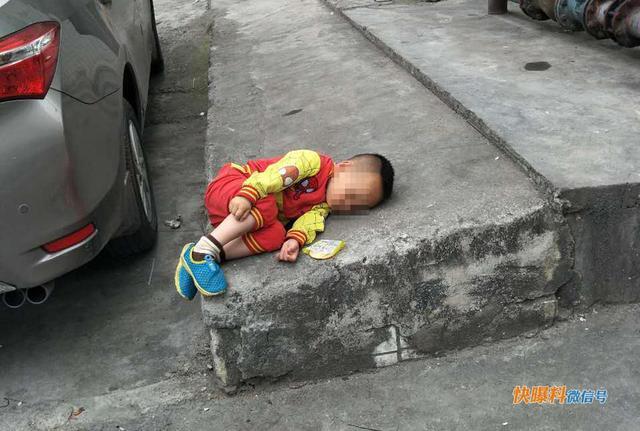 深圳男童在路边熟睡后续:爷孙两人蜗居保安室