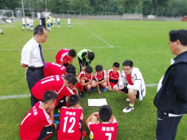 番禺区两支少年足球队远赴欧洲比赛取得好成绩,区教育局大力开展校园足球活动助力体育发展