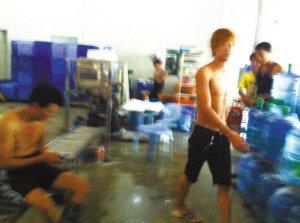 深圳一饮用水厂工人光膀子灌十几种牌子纯净水