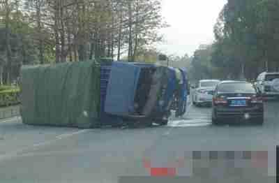 东莞环城路一货车疑车速过快发生侧翻 封住3条车道