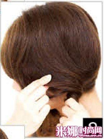 在耳下的位置转2~3回是即使编双辫子也不会显孩子气的关健.