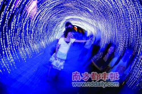 旅游频道 正文  音乐玻璃盒子. 桃花岛上灯光芦苇倒映水中.