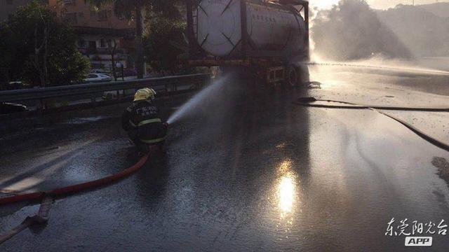 危险!虎岗高速一辆油罐车突然着火