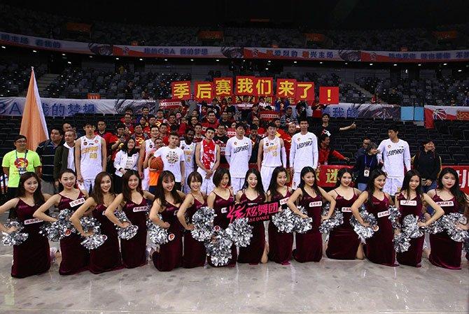 """深圳队球迷高举""""季后赛我们来了!""""。"""