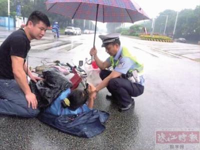 南海小车与电动车相撞 女子受伤雨中躺在地上