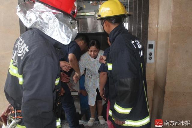 中山一医院电梯高空悬停9人被困 临产孕妇被吓哭