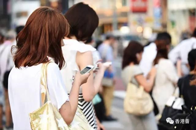 低头族注意!长期用手机伤肩颈可致瘫痪!