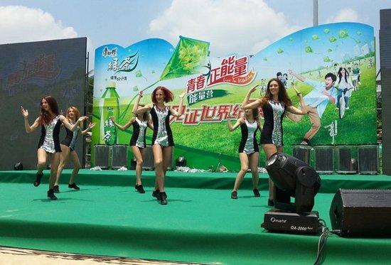 小蛮腰广州塔前参与彩绘风筝,为活动的成功举办迈出了关键的第一步.