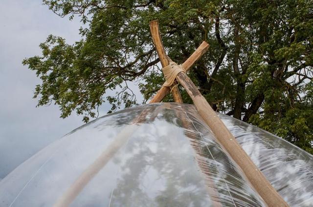阿尔卑斯平原上的透明泡泡帐篷