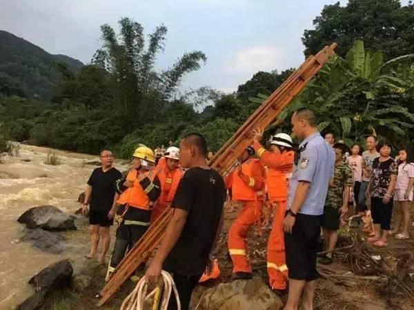 潮州3名男子遇洪水被困 紧挨身体坐石块上求救