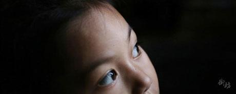 漂亮未婚妈妈吸毒被关留下女娃 邻居代养5年