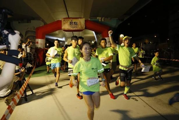 从黑夜到黎明 香港千人参加慈善定向比赛